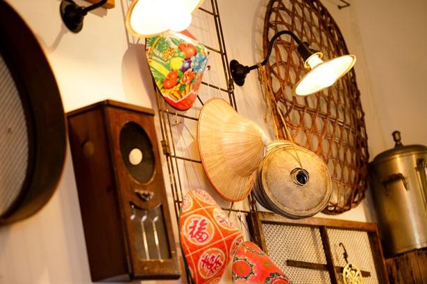 カラフルな笠は台湾の屋台などで実際に被られているもの