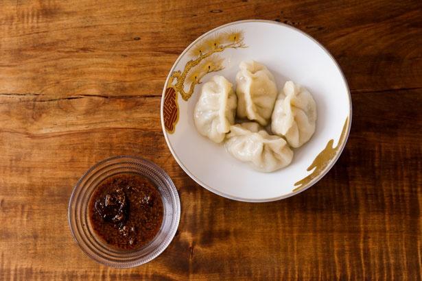 「名物水餃子」(500円)はモチモチの食感がやみつきに。特製のタレと一緒に味わいたい 【ニンニク】なし 【ニラ】あり(量少なめ)