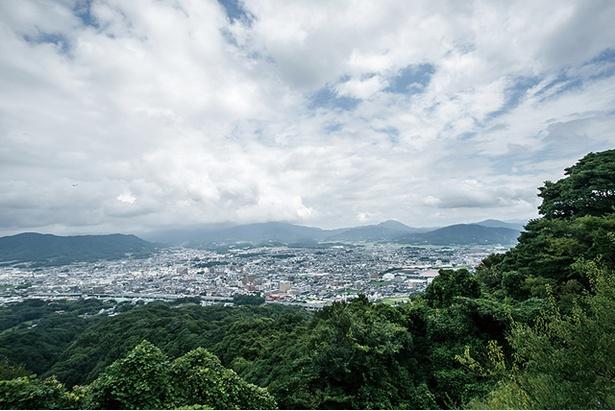 天拝山 / 天気がよければ福岡タワーや能古島など百道エリアまで見渡せる