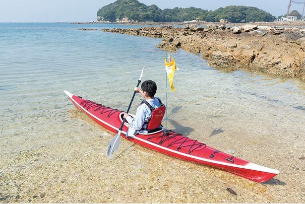 【写真を見る】透明度の高い海をシーカヤックで進み、九十九島の無人島にいざ上陸!