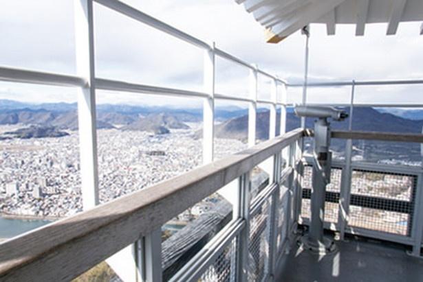 360度のパノラマビューが楽しめる。望遠鏡も設置。信長もこの光景を見たかも!?