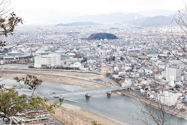 長良川が見渡せる眺望スポット。ここまで来れば山頂まであとひと息だ