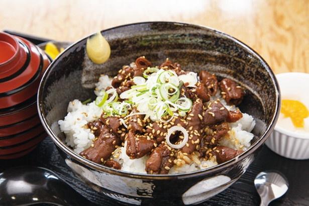 「信長どて丼」(750円)。豚ホルモンと牛スジを赤味噌でじっくり5時間煮込んだどてを、丼で味わうご当地B級グルメ。1番人気のメニュー