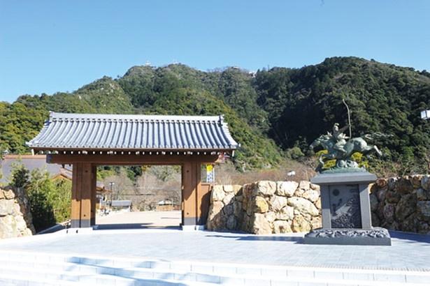岐阜公園の正門前には、ウマに乗った若き日の織田信長像が立つ