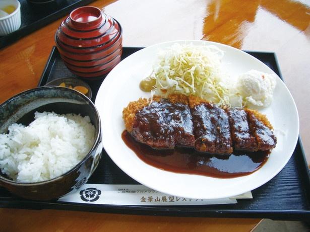 「味噌カツ定食」(1100円)。肉のうま味が濃厚な「美濃けんとん」を使用。味噌ダレやご飯も地元の食材を使うなど地産地消にこだわった定食