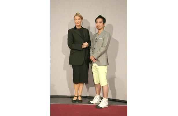 【写真】鮮やかな黄色の短パンで会見に現われた佐藤氏は「もっと小さな取材かと思っていました」と恐縮