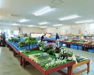 地元レストランのシェフも買い出しに来るという、上質の食材が満載。野菜などには、生産者が記されたラベルがはられているのもうれしい