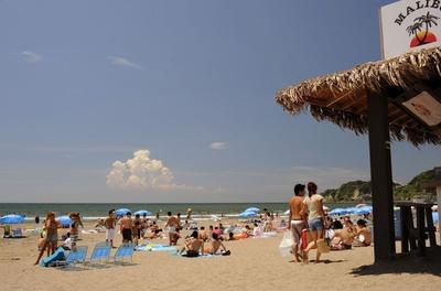 遠浅の海で子供連れでも安心して楽しめる「材木座海水浴場」