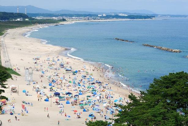 環境省選定の日本の白砂青松百選にも選ばれた「伊師浜海水浴場」