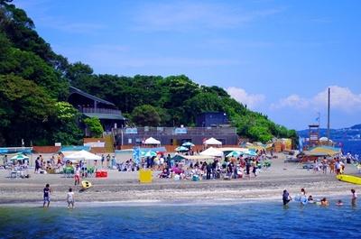 【写真を見る】シーズン中は多くの海水浴客で賑わう、横須賀の猿島公園