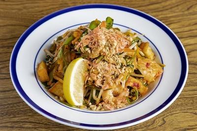 シェフが生み出した「グリーンパッタイ」の麺とソースは、この店にしかない秘伝のレシピで作られる。ランチ880円、ディナー1026円