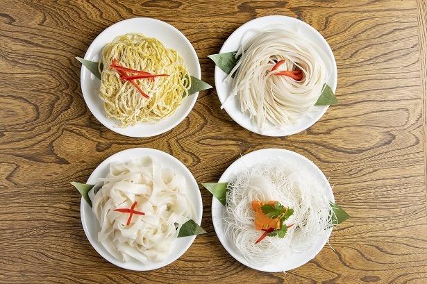 店で使われる調理前の生麺。左上から時計回りに小麦麺、米麺で幅が異なるセンレック、センミー、センヤイ