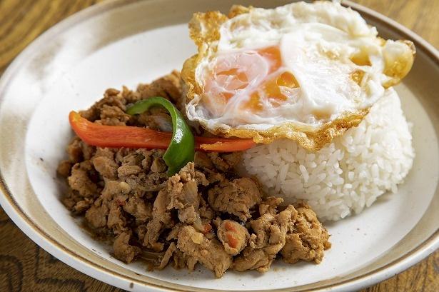 【写真を見る】「ガイガパオラーカオ」ランチ880円、ディナー950円は、ご飯がすすむしっかりとした味付けの鶏肉が、半熟の目玉焼きと合う。大盛りの注文も可(+100円)で、男性に人気だ