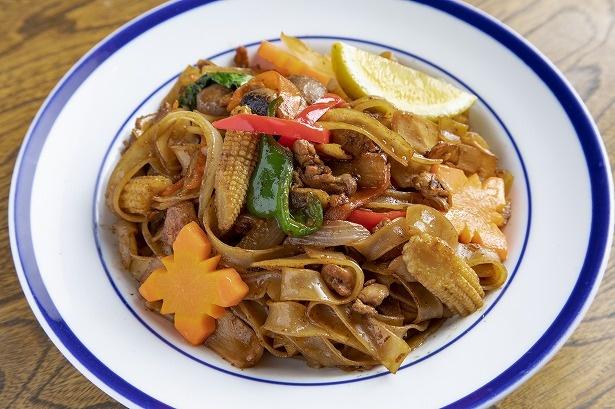 モッチリとした太麺と甘めの醤油がマッチした「パッキーマオ」ランチ880円、ディナー961円。野菜もたっぷり