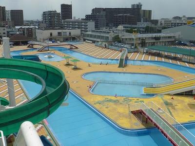 50m屋外プールは冬になるとアイススケート場に