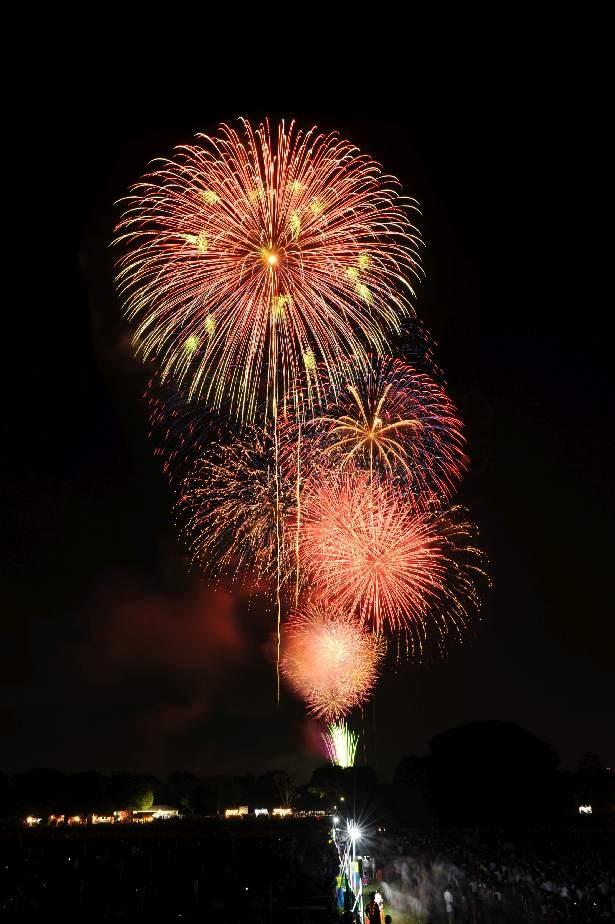 広々とした「みんなの原っぱ」でゆったりと観覧できる「立川まつり国営昭和記念公園花火大会」