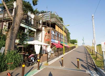 川沿いに立つレトロな雰囲気が趣のあるレストラン