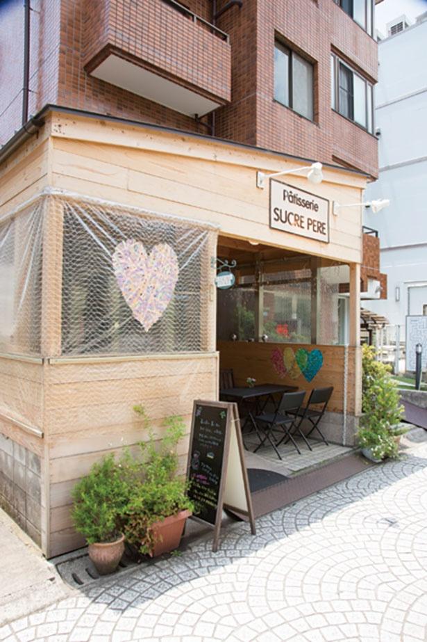 【写真を見る】住宅街のパティスリー「シュクレペール 本店」。カフェスペースでは、紅茶を無料サービス