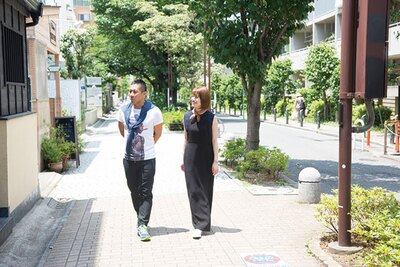 二子玉川ならではの緑豊かな店前の通りを歩く2人