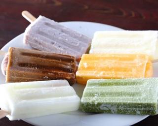 ミルク、あずき、コーヒー、抹茶、パイン、オレンジの6種があるアイスキャンディー