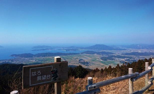 はろ展望台 / 展望台の看板と手すりの奥に進むと、糸島を一望できる風景が現れる