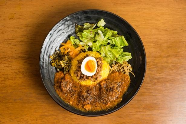 「ろかプレート」(950円)。カレーは4種類から選べ、今回は玉ネギとトマトの旨味が生かされた「魯珈チキンカレー」をセレクト