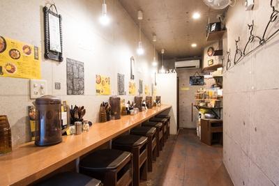 スパイスの香りあふれる店内。奥がオープンスタイルのキッチンで、齋藤さんの勇姿を眺められる
