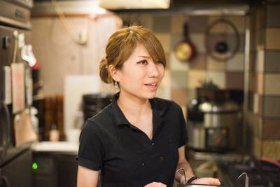 【写真を見る】齋藤絵理店主。食べ歩きが大好きで、休みの日には今でも福岡など場所を問わず気になる店に足を運ぶ