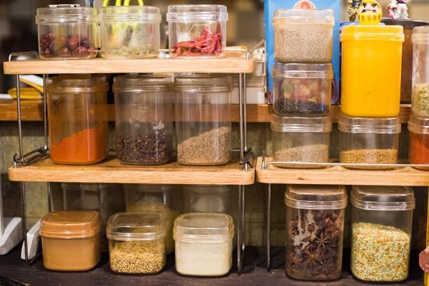 「エリックサウス」でマスターしたスパイス使いが魯珈の味のベース。今はこれらの香辛料やハーブを近所の専門店から仕入れている