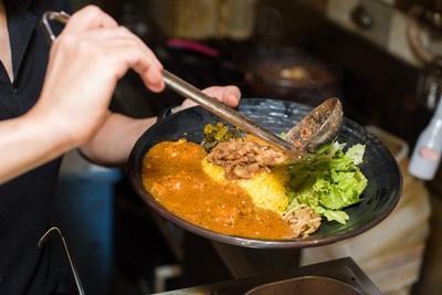 秋田県大潟村産のあきたこまちを固めに炊き、ターメリックライスに。その上に魯肉飯をのせ、脇にカレーを流すのが「ろかプレート」だ
