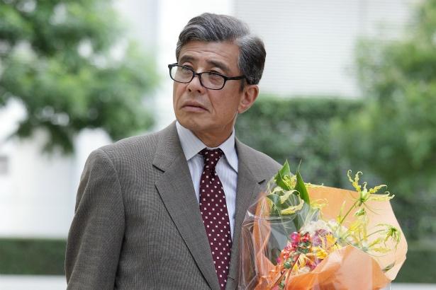大手銀行の出世コースから外れ、子会社で定年を迎えた田代壮介(舘ひろし)