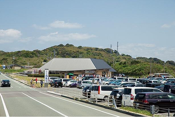しおかぜの里 角島 / 海鮮丼などを出す食事処と、物産館が隣り合う