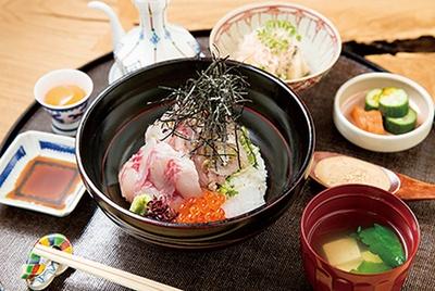 【写真を見る】「齋座わ田」の「海鮮丼」(1944円)。ご飯横にはイサキ、ケンサキイカの刺身が添えられ、上にはハマチ、サザエを盛る