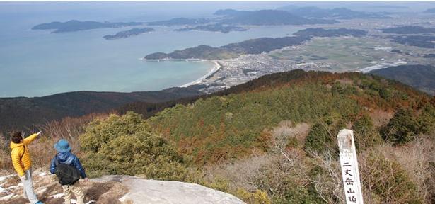 【写真を見る】糸島の海岸線を一望!「二丈岳」では、つり橋や渓流沿いを歩いて山頂を目指す