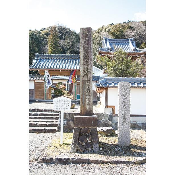 禅幢寺の敷地内には、半兵衛の墓がある。父・重元の墓もすぐ近くに
