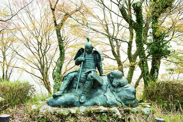 【写真を見る】山頂にある武将の像。激しい戦いがこの地で行われたことを物語る