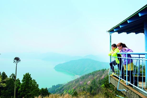 南側から琵琶湖の景色を楽しむ。2つの湖は同時に見られないので順番に見てまわろう
