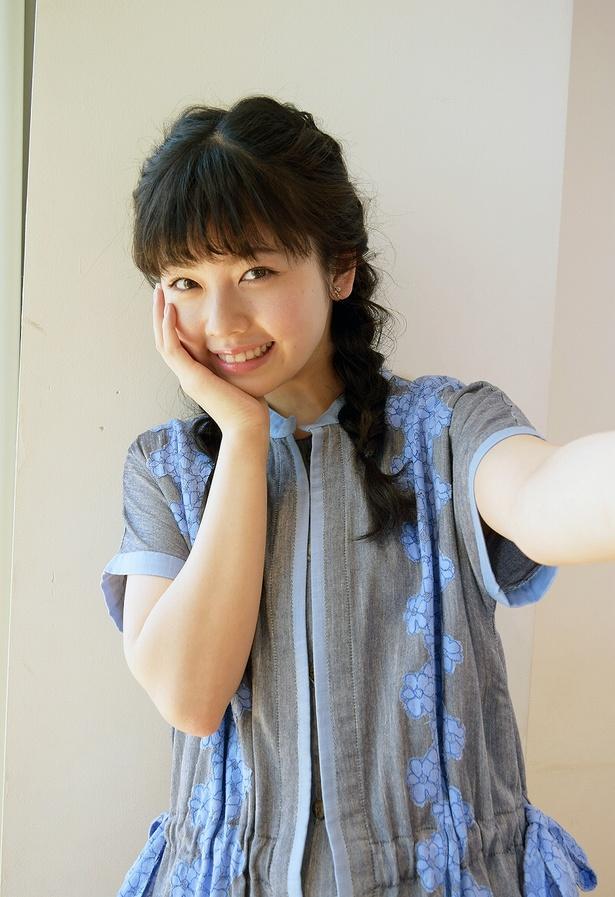 【写真を見る】はにかみ笑顔がキュート! 小芝風花の自撮り風ショット