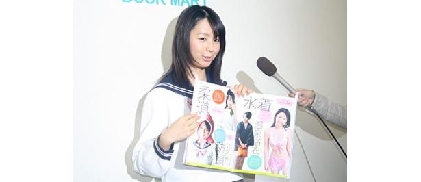 小池里奈だけじゃなく、小林少女としての写真も。かわいさ満開の一冊だ