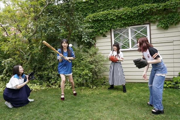 【写真を見る】自前のユニホームを着て登場してくれたメンバーたち。野球好きが集まって撮影現場も和気あいあい!