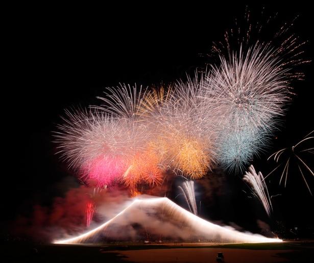 【写真を見る】国内最大級の富士山仕掛けの花火は必見(写真は2017年開催時のもの)