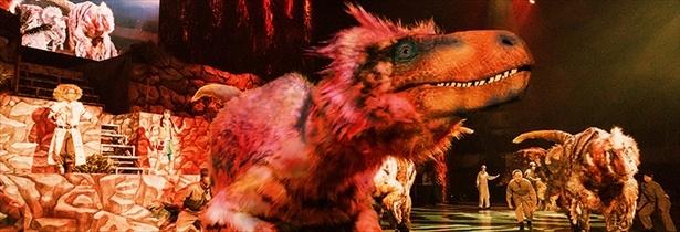 まるで生きているかのような恐竜が暴れ回る!