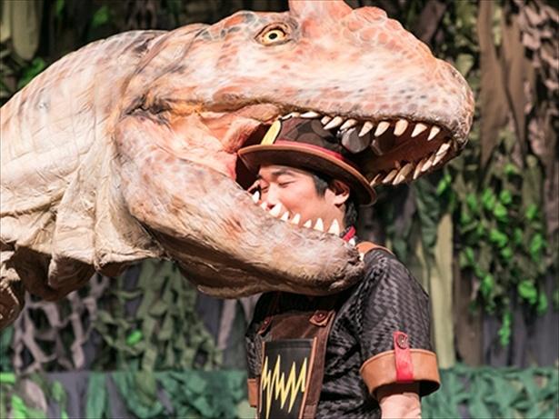 恐竜に噛みつかれている(!)山崎樹範