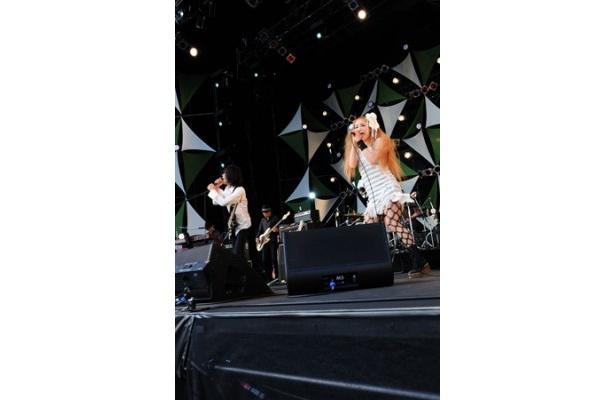 エレファントカシマシとCharaはお互いの曲をミックスした超レアな1曲を披露