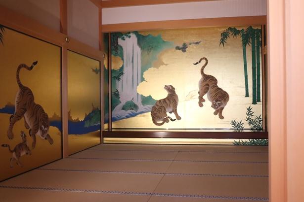 【写真を見る】玄関を入ってすぐにある「竹林豹虎図」
