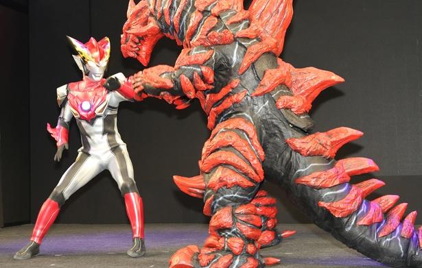 イベント中に現れた綾香市伝説の怪獣グルジオボーンと戦うウルトラマンロッソ