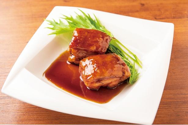 【写真を見る】「鎮江香醋 黒酢のスブタ 2塊」(1,296円)は、皮付きの豚肉を3時間蒸して柔らかくしたあとに揚げ、最後に黒酢などで仕上げる。角が立たないようマイルドな酸味が秀逸