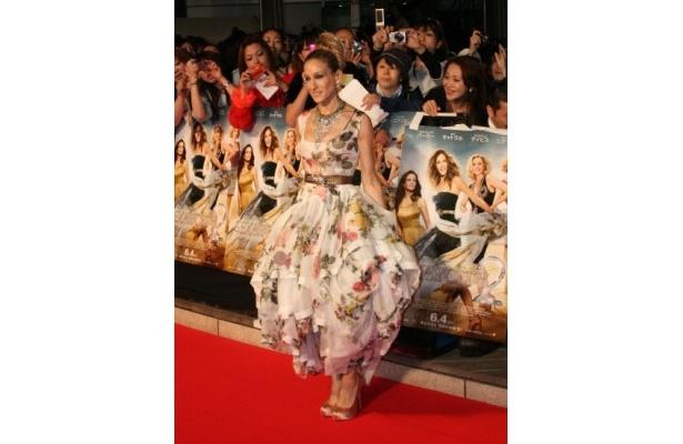 ドレスもポーズもまるでお姫様!少し遠くのファンにも手を伸ばしてサインをしていたサラ・ジェシカ・パーカー