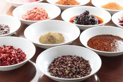 料理長が調合するオリジナルの調味料。生、粒、粉なども料理によって使い分ける