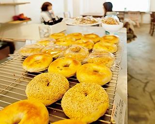 「ぱん屋のぺったん」は対面販売で、カウンター越しに商品を注文するスタイルだ。一番パンの種類が多いのは朝7:00
